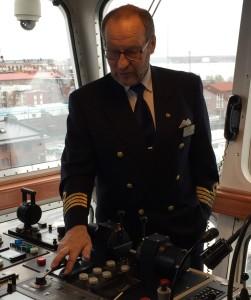 kapteeni_komentosillalla